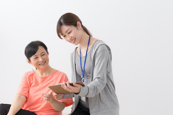 メディカルフィットネスナビ|メディカルフィットネス施設を支える健康運動指導士・健康運動実践指導者の役割と重要性|健康運動指導士と話す女性利用者