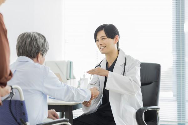メディカルフィットネスナビ|メディカルフィットネス開業の前に知っておきたい健康増進施設の認可制度|診察を受けている人物