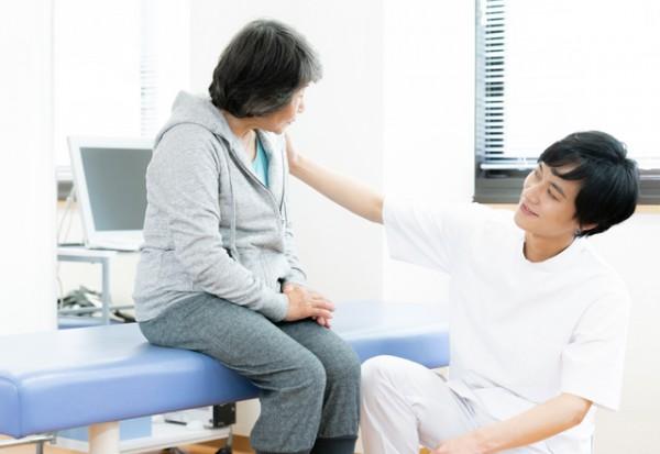 大貫崇氏インタビュー アスレティックトレーナーがスキルを発揮できるメディカルフィットネスの形|アスレティックトレーナーに怪我や痛みの相談をしている様子のイメージ図